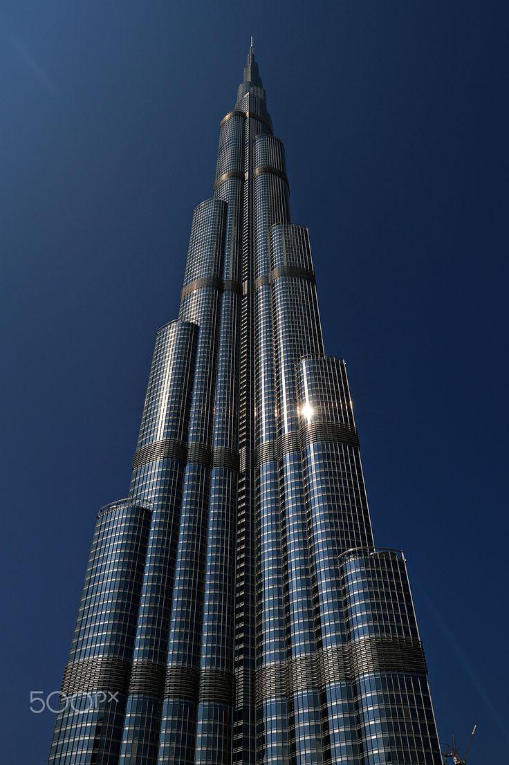 Burj Khalifa - Der Burj Khalifa st ein Wolkenkratzer in Dubai (Vereinigte Arabische Emirate). Bis zur Einweihung hieß das Gebäude Burj Dubai (arabisch برج دبي 'Dubai-Turm'), seither trägt es den Namen des Präsidenten der Vereinigten Arabischen Emirate. Höhe: 828 m Höhe bis zur Spitze: 829,8[1] m Höchste Etage: 638 m im höchsten mit Aufzug erreichbaren  Rang (Höhe): 1. Platz (Welt) Etagen: nutzbar: 163 Aufzüge: 57 Geschossfläche: 517.240 m²