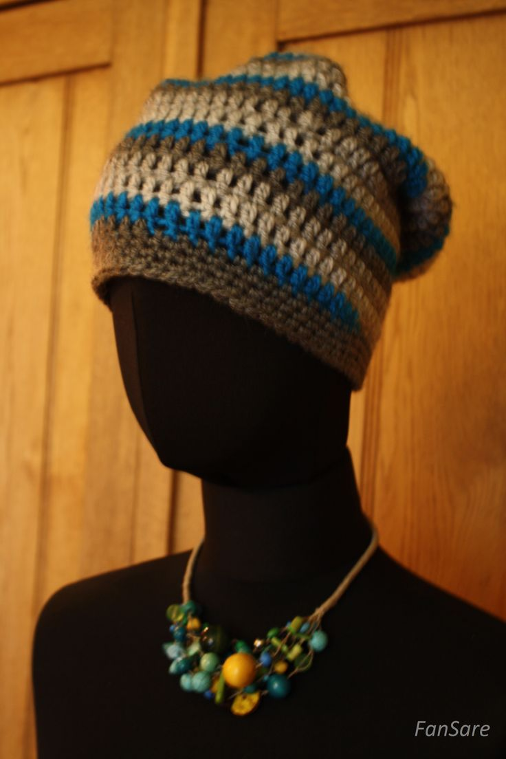 """Damska czapka na """"menela"""", wykonana na szydełku."""