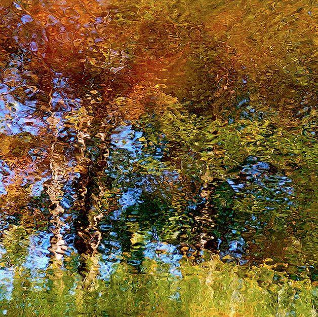 """Esta vem do fotógrafo Denis Collette, apaixonado pelos efeitos criados pelos reflexos da água. Em uma série intitulada My Waterbox, ele reúne centenas de fotografias de reflexos e, garante, todas as imagens são únicas. """"As ondulações da água fazem [as fotos] parecer pinturas a óleo de Van Gogh, Turner, Riopelle ou Monet"""". #parecepinturamasnãoé"""