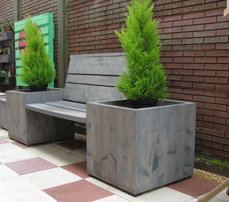 Tuinbankje tussen plantenbakken