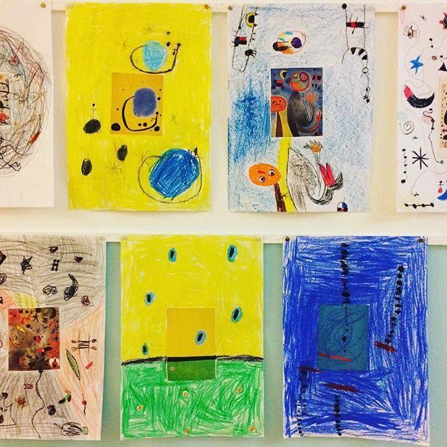 """""""Mein Miró"""" Nachdem die Bilder von Miró genau betrachtet und besprochen wurden, erhielt jeder Schüler eine Postkarte, klebte diese in die Mitte des Blattes und sollte den Rest im gleichen Stil gestalten. Anschließend betrachteten sie ihre Werke im """"Museumsrundgang"""". #kunst  #teacher #teachers #teachersofinstagram #grundschule #grundschulunterricht #grundschulmaterial #material #Grundschullehrer #montessori #grundschul_teacher #schule #lehrer #unterricht #proudteacher"""