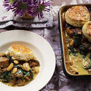 Rezept von Anjum Anand: Auflauf mit Winterkürbis, weißen Bohnen und Pilzen