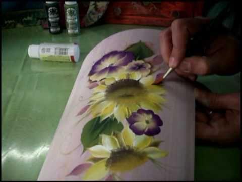 Realizzazione di una tegola in legno con girasoli, una viola del pensiero e primule, dipinti con la tecnica di pittura decorativa One Stroke. Per informazion...