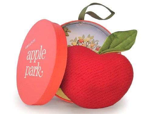 [Apple Park アップルパーク]アップルシード・ラトル Apple Park(アップルパーク)のオーガニックコットンを使用したエコフレンドリーなハートの形をしたリンゴの布製ラトル(ガラガラ)です。