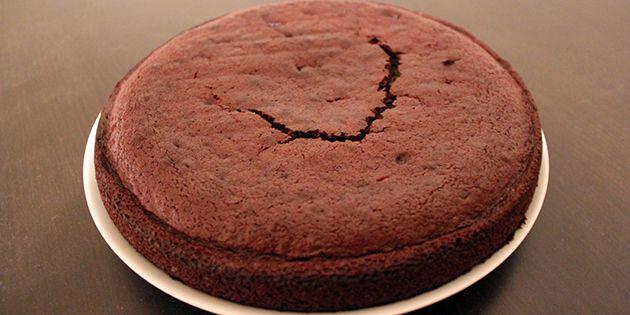 En kage med lækre chokoladelagkagebunde smager hammer godt, og den bliver ekstra god, hvis bundene er hjemmelavede. De er nemme at lave og kræver hverken specielt udstyr eller et væld af ingredienser.