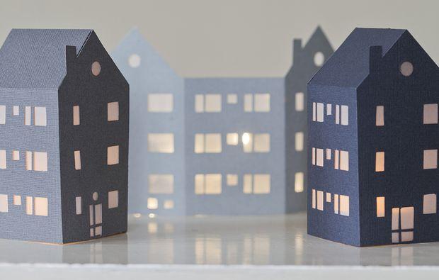Decorazioni di Natale da stampare: le casette illuminate
