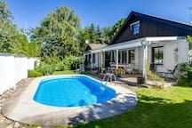 Haus in Åkarp, Schweden. Beautiful big house with a big pool and a sauna just outside of Malmö. With 6 rooms this house with 190 sqm fits  the whole family or a lot of friends. With 2 minutes to the train it takes 8 minutes to get to central Malmö and 7 minutes to Lund.  ...