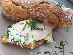 La Place heeft en had altijd een heerlijk broodje op het menu staan met kruidenroomkaas! Helaas is La Place uit sommige grote steden verdwenen, maar gelukkig kun je de broodjes nog altijd kopen in andere filialen. Het is een gezond broodje, als je aan het afvallen bent kun je gerust een broodje met kruidenroomkaas eten. Ook kun je het smeren op een cracker, maar hoe maak je zelf dit verrukkelijke recept? Wat heb je allemaal nodig? 120 gram roomkaas 15 gram crème fraîche 15 gram bieslook 5…