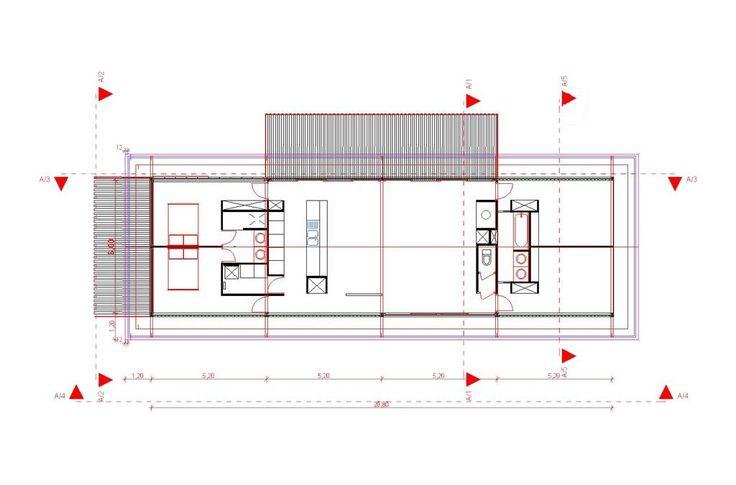 Située à Neyron, à proximité de lyon,une maison au parti constructif minimal: entièrement réalisée en acier (structure et bardage) elle est hissée sur de hauts pilotis afin de s'adapter à la déclivité naturelle du terrain. La maison s'organise sur un long plateau qui accueille deux blocs techniques. Largement vitrée au sud, elle offre une vue…