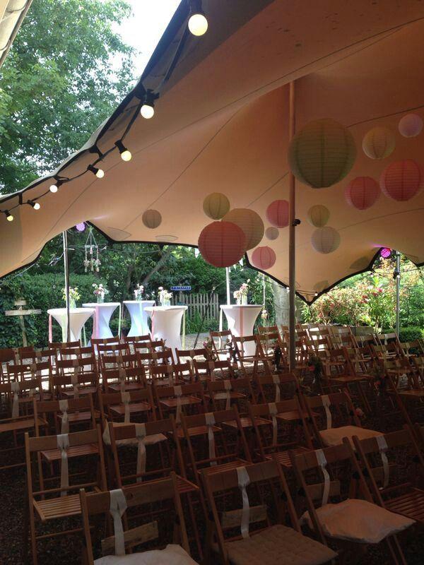 Bruiloft tuin buiten ceremonie, tent: tent4rent, lampionnen: Aliexpress, locatie: tuin ouders