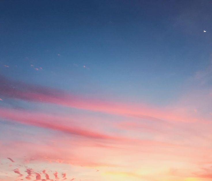 O céu tá rosa com azul e roxo...