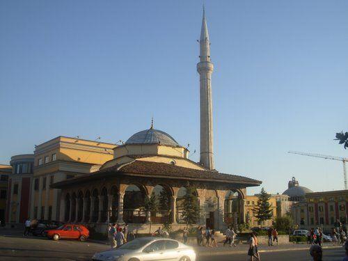 IN CAMPER NELLA TERRA DELLE ACQUILE: ALBANIA.....Da visitare a Tirana: il museo storico, la moschea di Ethem Bey, il ponte di Tabakeve. Sono caratteristici i quartieri antichi coi loro acciottolati e i loro bazar presso i quali potranno essere acquistati i prodotti dell'artigianato locale.