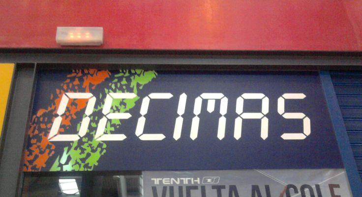 Fotografía tomada en el Centro Comercial Vialia, Málaga. El nombre de esta cadena deportiva hace referencia al tiempo, de ahí que su tipografía esté realizada en forma de marcador de resultados. #tipocallejera #tipo1314
