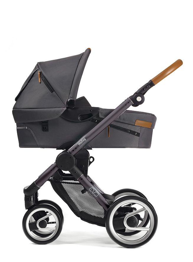 Der Kinderwagen Mutsy Evo ist ein Kombikinderwagen mit Tragewanne und Sportsitz mit Dach. Der Kinderwagen hat ein einzigartiges Schwenkrad-/ Verriegelungssystem an Vorderrädern, eine verstellbare Rückenlehne, einen umkehrbaren Sportwagensitz, eine integrierte Fußstütze, Lederhandgriffe. Zudem ist er sehr einfach zusammenklappbar und sehr kompakt. Das Fahrgestell und der Sitz wiegen zusammen nur 12,1 kg. Als Zubehör sind ebenfalls Adapter für die Babyschale von ...