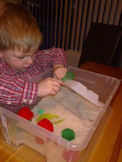 Spel peuter: Je neemt een curver box of een andere doos. Daarin doe je dan allemaal rijst. Je geeft ze potjes, lepels. Je kunt er ook dingen in verstoppen zoals balletjes erin verstoppen die ze dan mogen zoeken.