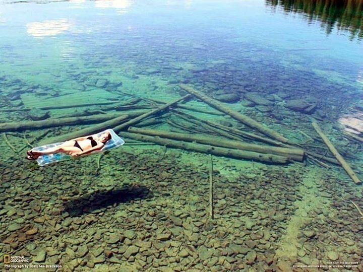 Lago Flathead, nel Montana (USA), sembra poco profondo grazie alle sue acque cristalline, in realtà è profondo fino ad un massimo di 113 metri. #lake #lago