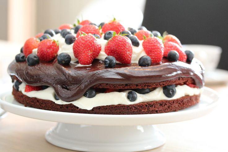 Her er årets 17-mai kake, som består av en deilig sjokoladekakebunn fylt og dekorert med stivpisket kremfløte, en deilig sjokoladekrem og massevis av friske, gode bær. En kake som passer godt til vårens og sommerens små og store festdager.