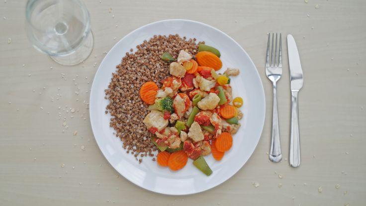 potrawka z indyka z kaszą gryczaną bogatą w witaminy B1, B2 i żelazo.