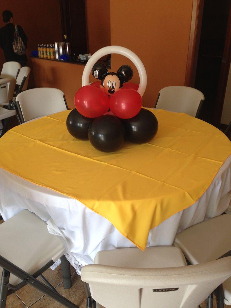 adorno con globos para mesa de centro con mantel amarillo globos haciendo contraste en rojo