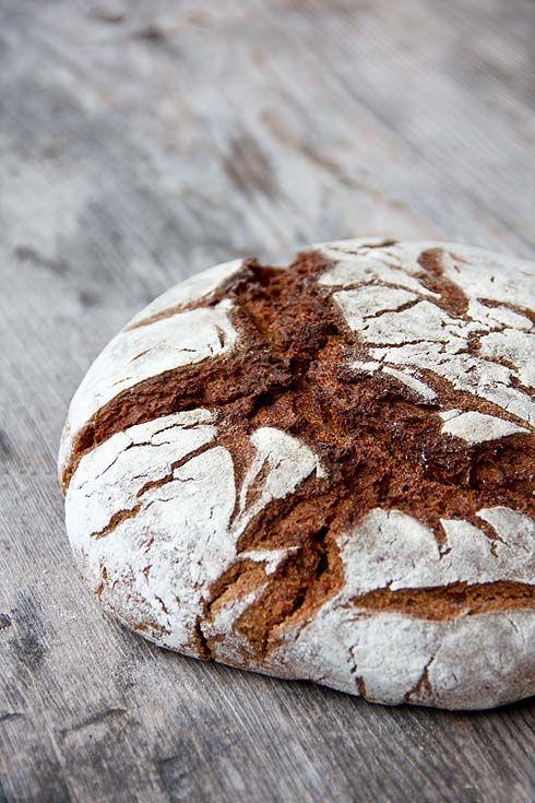 Sauerteig, Vorteig und ein Brühstück aus getrocknetem Brot sind die Herzstücke dieses Brotes. Dazu kommen dreierlei Getreidearten als Vollkornmehl und fertig ist ein vollwertiges, nahrhaftes, saftiges und bekömmliches Brot. Wichtig: Das Brühstück wird erst 45 Minuten vor dem Teig hergestellt, damit es heiß bleibt und den Teig richtig temperiert. Die Sauerteigzutaten mischen und 12-16 Stunden bei Raumtemperatur Weiterlesen...