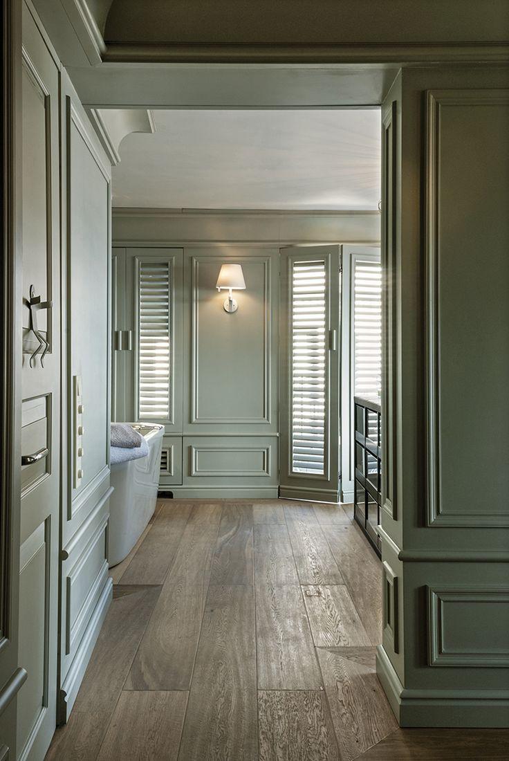 PASSAGGIO A ISTANBUL Uno scorcio del disimpegno che conduce alla sala da bagno. Sulle pareti prosegue l'elegante boiserie in legno laccato in continuità stilistica con il living. Pavimentazione in legno di rovere.