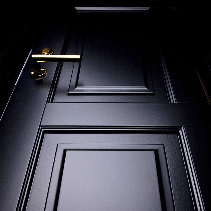 Svarta dörrar ger ett pampigt och starkt intryck utan att sticka ut för mycket. Om du är orolig för hur en svart dörr klarar sig i sommarhettan kan vi meddela att Ekstrands är ensamma om att lämna fulla garantier även på svartmålade dörrar! :) #svartadörrar #svart #dörr #svartdörr #ytterdörr #ytterdörrar #design #inspiration #Ekstrands