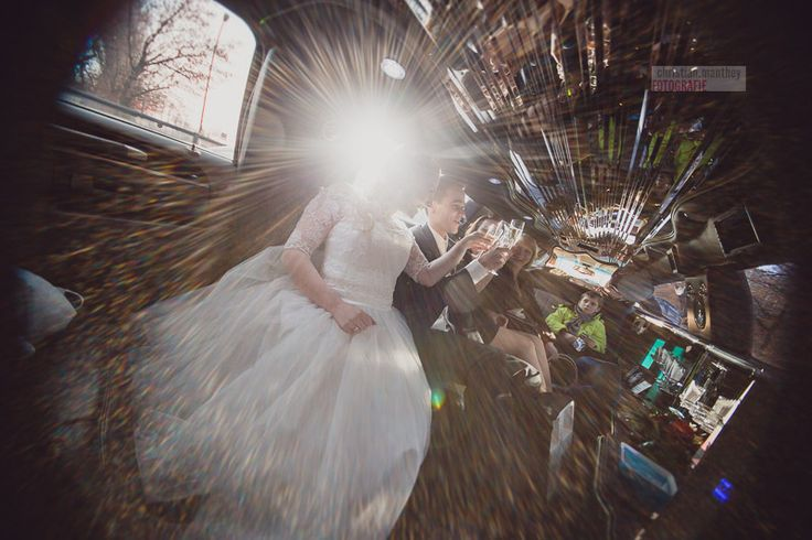 wedding sedan facing the sun / hochzeitslimo im sonnenlicht - www.christianmanthey.com - wedding photographer / hochzeitsfotograf berlin
