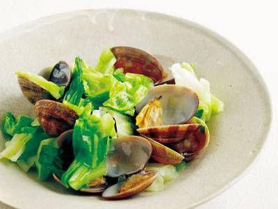 春キャベツとあさりのサッと蒸し レシピ 講師は吉田 勝彦さん たっぷりの春キャベツとあさりをふっくらと蒸し煮にします。あさりから塩けが出るので、調味料はほとんどなし。春キャベツの甘みたっぷりの一皿ですよ。