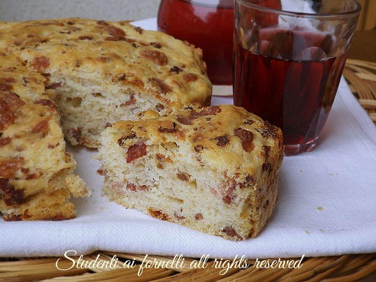 Focaccia rustica di patate, una brioche soffice e gustosa da arricchire con salumi e formaggi. Ricetta facile per cene, buffet, compleanni.