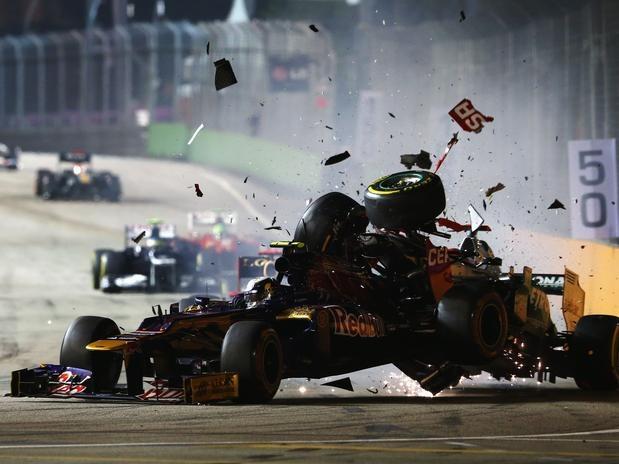 Assim como havia acontecido no ano passado, o Grande Prêmio de Cingapura de 2012 acabou em um acidente para Michael Schumacher. O alemão chocou sua Mercedes na traseira da Toro Rosso do francês Jean-Éric Vergne na 40ª volta da prova. A batida provocou o abandono de ambos; veja a sequência de fotos do acidente   Foto: Getty Images