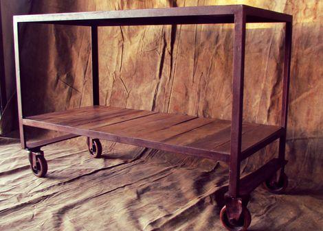 BANCADA INDUSTRIAL   Antiga bancada industrial garimpada em uma oficina mecânica. Neste trabalho, diminuí a altura do tampo e fiz uma prateleira de madeira para a parte de baixo. O acabamento foi feito em resina fosca.      largura 1,30 m | profundidade 60 cm | altura 90 cm  www.renanfaria.com.br
