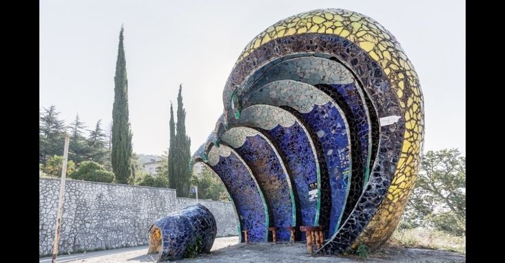 O arquiteto, pintor e escultor georgiano Zurab Tsereteli, que hoje é presidente da Academia de Artes da Rússia, diz ter criado a maioria dos pontos de ônibus na região da Abecásia, onde Herwig encontrou alguns dos exemplares mais extravagantes de sua série de fotos, incluindo este ao lado, na cidade de Gagra