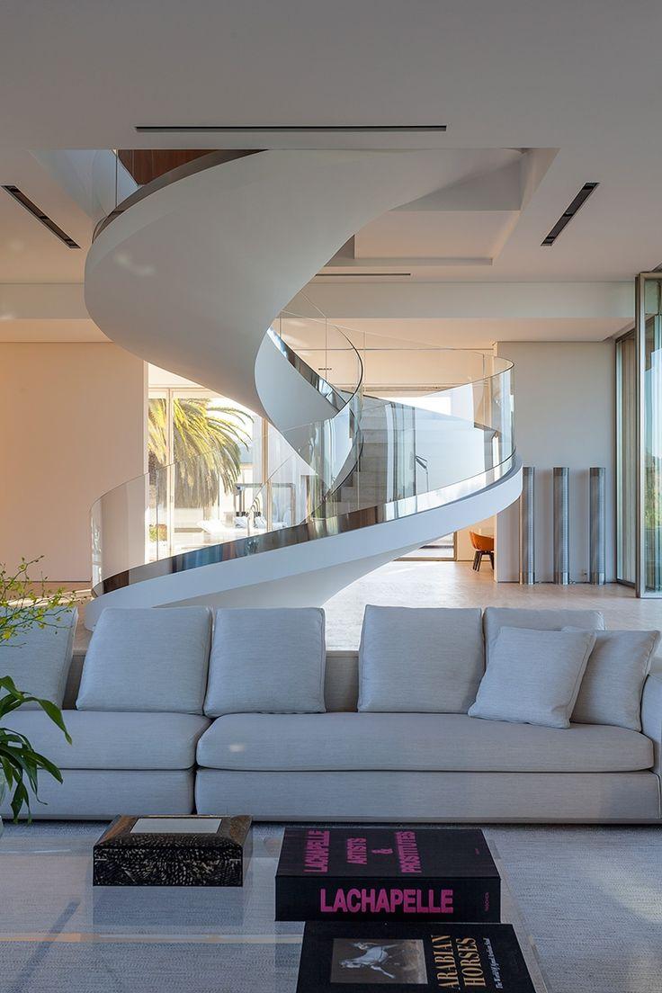 As escadas circulares combinam totalmente com guarda corpo de vidro e dão um toque de elegância para a sua casa!