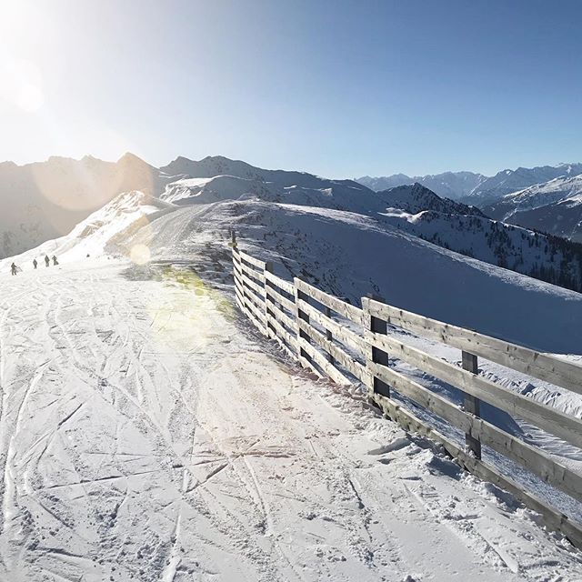 Die letzten Tage hat es geschneit in Alpbach - und jetzt hat uns die Sonne  wieder überrascht. Spitze! Also ab auf die Piste ... und rauf auf das #wiedersbergerhorn   #BlogVille #lovetirol #alpbachtalseenland #tirol #tyrol #mountains #austria #österreich #igersaustria #urlaubsgeschichten #kaiserwetter #igerstirol #travelblogger #visitaustria #lovetirol #kaltaberschön #myskijuwel #alpbachtal #skiurlaub #skifahren #skifahrn #skiheil #havefun