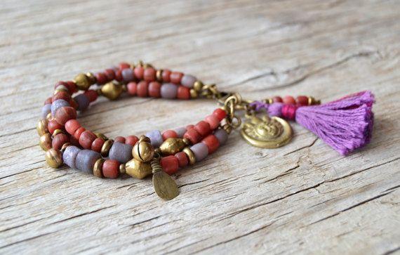 Bracelet Bohème, bracelet de perles de Bohème, bijoux tribal, cadeau pour elle, Saint Valentin, bracelet multi couche, OOAK Ce bracelet bohème de multi couche est un complément parfait à votre look Bohème printemps. Fait avec des perles de verre tribal, kuchi vintage charms et perles en laiton est composé de l'Afrique. Longueur 7, 5 à 8, peut être prolongée. D'autres bracelets: https://www.etsy.com/shop/OmSaha?ref=hdr_shop_menu&search_query=bracelet Visi...