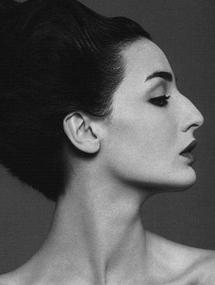 Le nez aquilin est caractérisée par une bosse sur l'arrête du nez. S'il donne un air noble au visage, il est aussi peu féminin. Pour le camoufler, on se munie d'un  fond de teint clair ou un fard à paupières sec, que l'on applique à la base du nez, entre les deux sourcils. Vous pouvez aussi carrément maquiller vos sourcils d'un trait de crayon plus sombre et estompé qui fera paraître votre nez beaucoup plus fin et donc féminin.