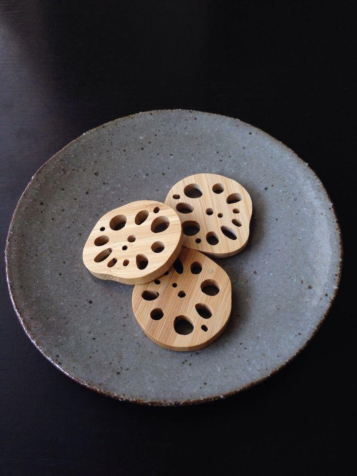 蓮根の形の箸置きと、お皿。