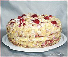 Малиново-персиковый бисквитный торт на белках