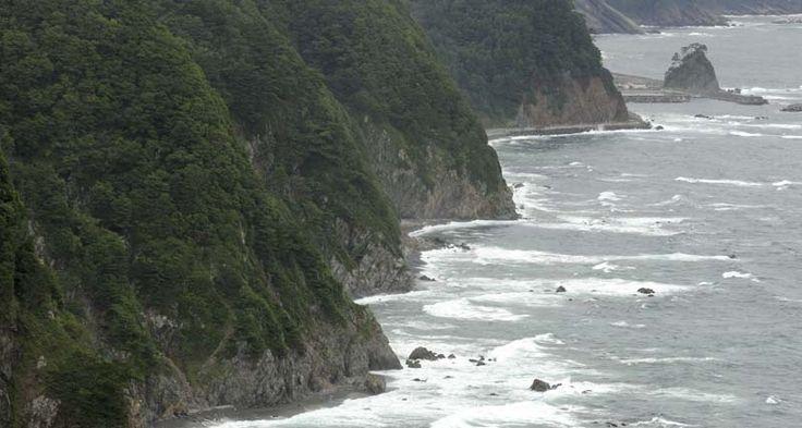 島越漁港入り口の松島、この左奥に集落があり観光船が発着しています。鵜の巣断崖展望台から3kmほど離れています。