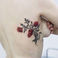 A tatuagem na parte lateral do seio é perfeita para quem gosta de se sentir sexy o tempo todo.