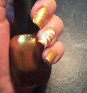 unghie oro con un dito decorativo
