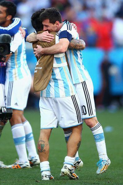 Esta foto es de la  celebración del equipo de Argentina cuando ganaron en partido.