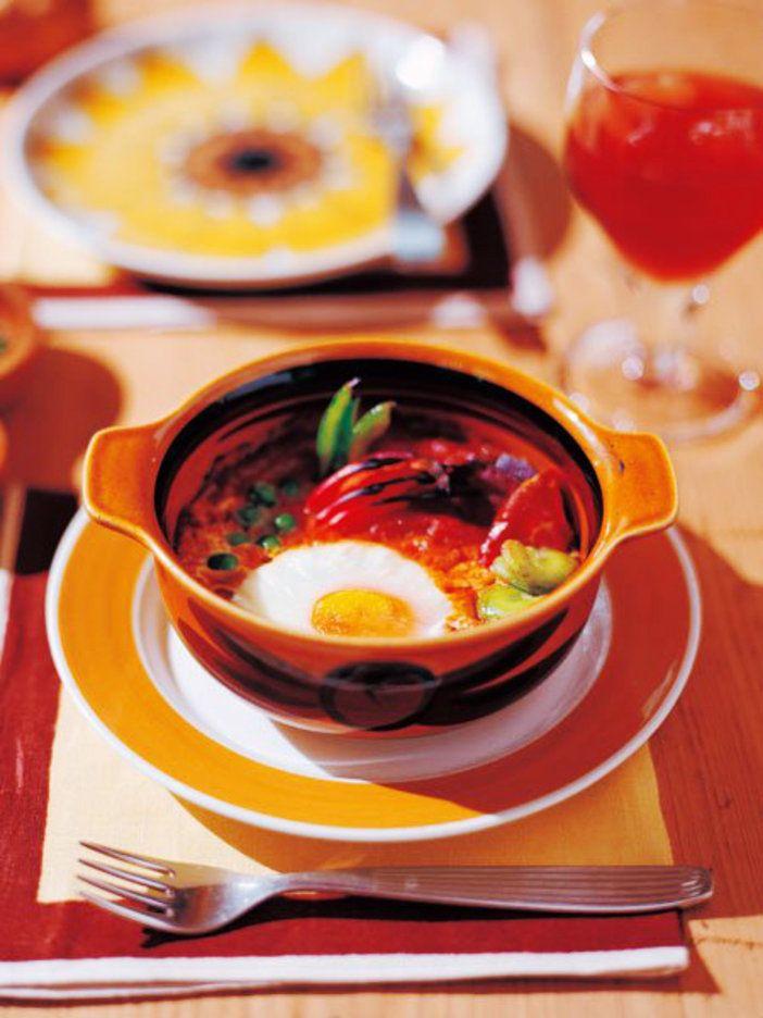 やわらかく仕上げた卵とトマトソースに、野菜や生ハムを混ぜていただくひと皿|『ELLE a table』はおしゃれで簡単なレシピが満載!