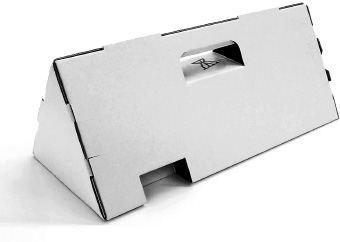 Confezione prismatica per vino: Pacchetto triangolare fatto di cartone ondulato per le bottiglie con proprietà ammortizzanti e di portabilità. Le fessure create si adattano alla bottiglia e riducono lo spazio all'interno della scatola impedendo il danneggiamento del contenuto. Il materiale è riciclabile al 100%.