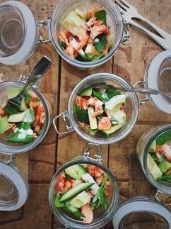 Deze heerlijke salade met rivierkreeftjes en avocado is tegelijkertijd simpel en feestelijk. Een mooie lentesalade en zeker geschikt voor de paastafel. Recept op Cookingdom, via bron