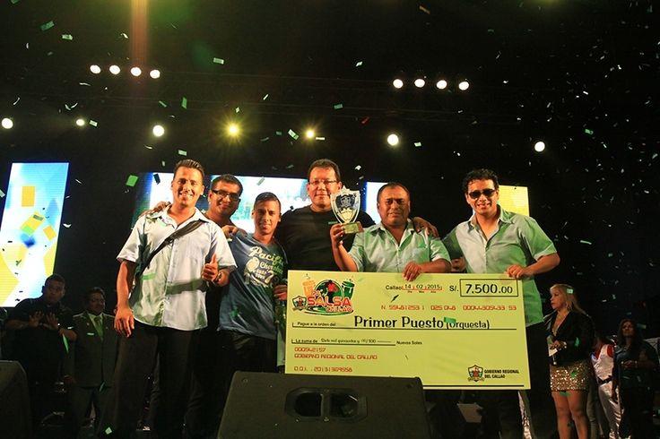 Doctor Felix Moreno y los ganadores del concurso de orquestas de salsa