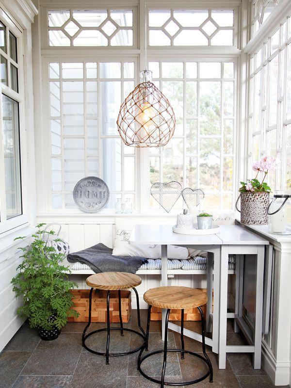 Taklampan Mallory från By Rydéns är en vacker taklampa som är tillverkad i glas och har ett jute nät runt sig.https://buff.ly/2xQNz2B?utm_content=buffer2a459&utm_medium=social&utm_source=pinterest.com&utm_campaign=buffer