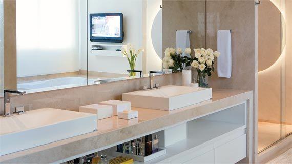 Bancada, piso e parede em mármore. Cuba de apoio e metais da linha Quadratta, ambos da Deca. Projeto de Flávio Butti e Alice Martins.