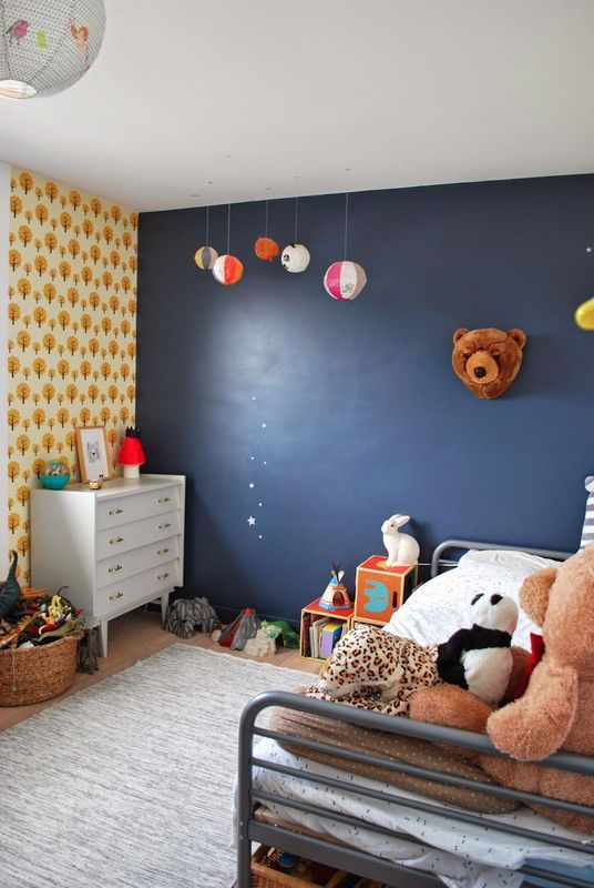 Chambre Enfant Avec Mur Peint En Bleu Et Papier Peint Ferme Living Arbres Jaunes Lit En M Tal