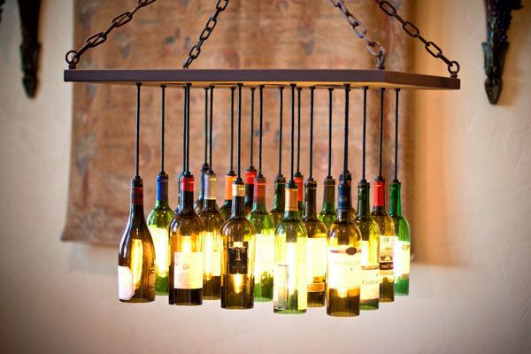 Saiba como reutilizar garrafas de vinho na decoração.